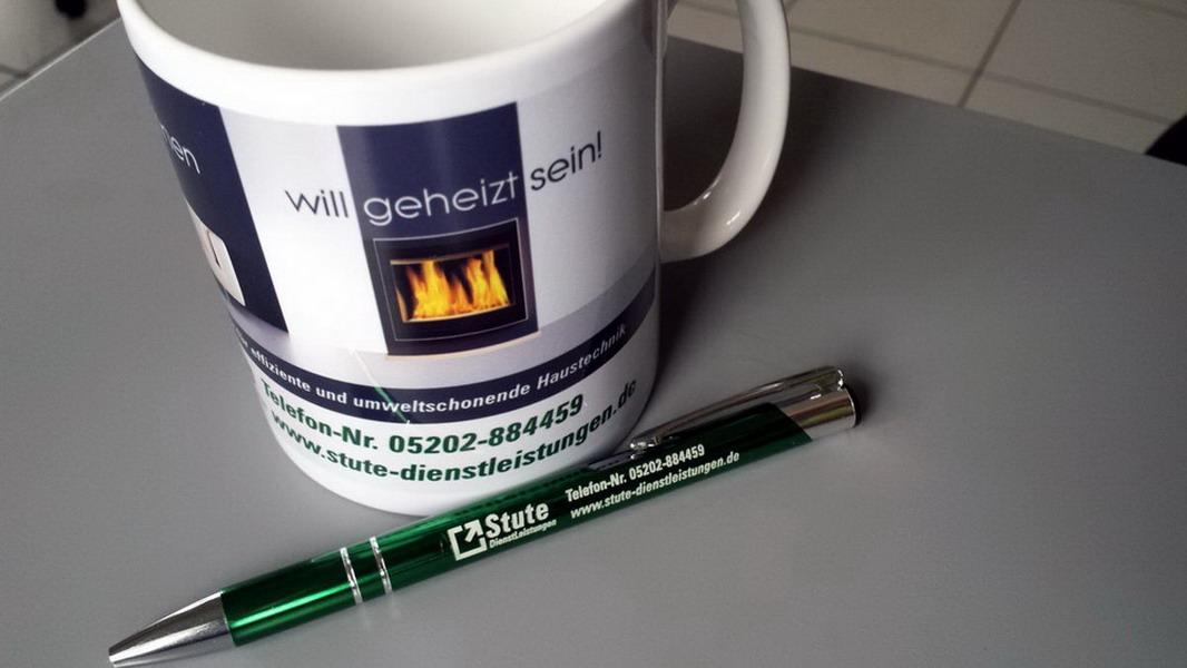 Tasse und Kugelschreiber